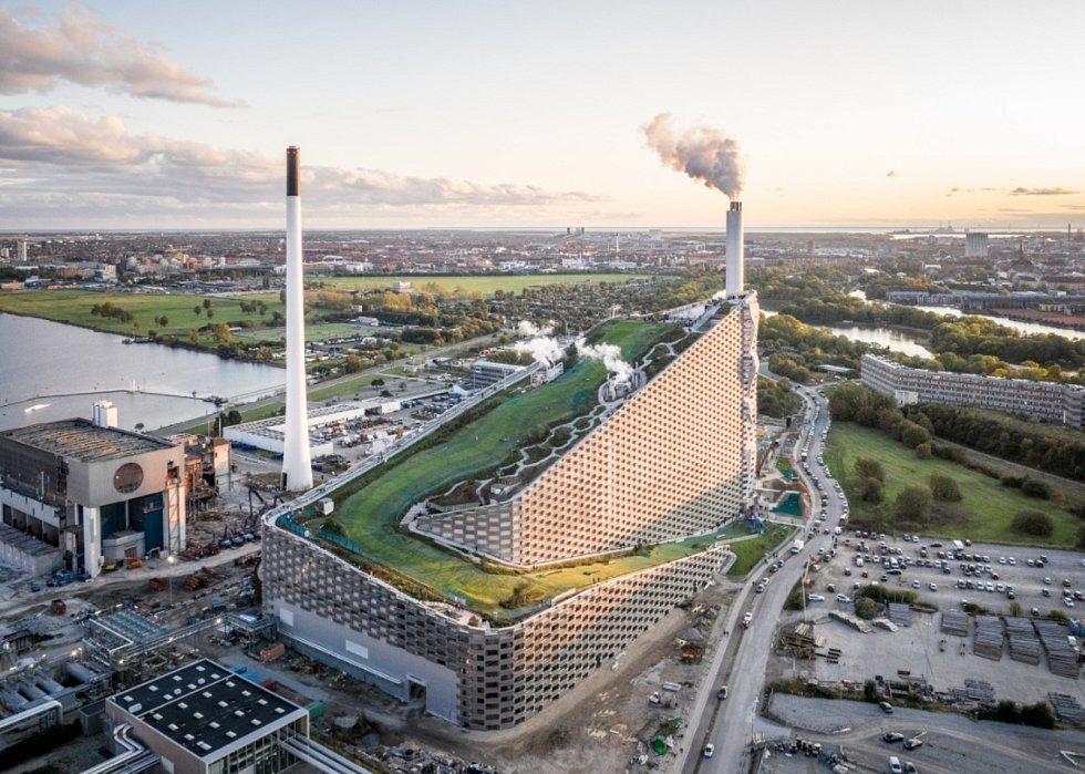 Dánská firma BIG vedená Bjarkem Ingelsem s pomocí českého partnera A8000. Ta ve svém soutěžním portfoliu představila například projekt kombinované spalovny s teplárnou a elektrárnou Copenhill v Kodani.