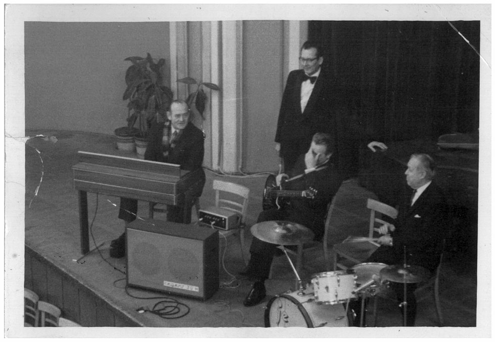 Josef Chrastil v diskuzi se členy orchestru, který jej doprovázel při výuce tanečních kurzů v tehdejším Domě kultury kovoprůmyslu (dnes Národního domu na Smíchově) v Praze 5.