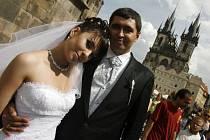 """ŠŤASTNÝ DEN. 8.8.2008 - toto """"kulaté"""" datum přimělo stovky párů aby si řekli své ano právě v pátek. Novomanželé se museli objednávat až rok dopředu."""