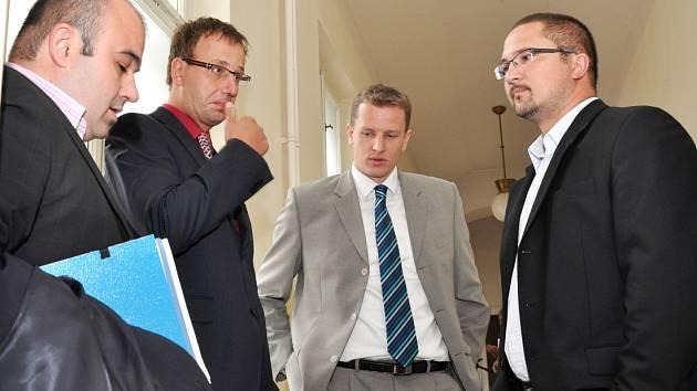 Jiří Trnka s Martinem Půlpytlem (vpravo) na jednání soudu