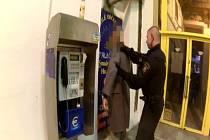 Třicetiletého muže, který je podezřelý z přechovávání nelegálních návykových látek, dopadli v úterý odpoledne strážníci v centru Prahy.