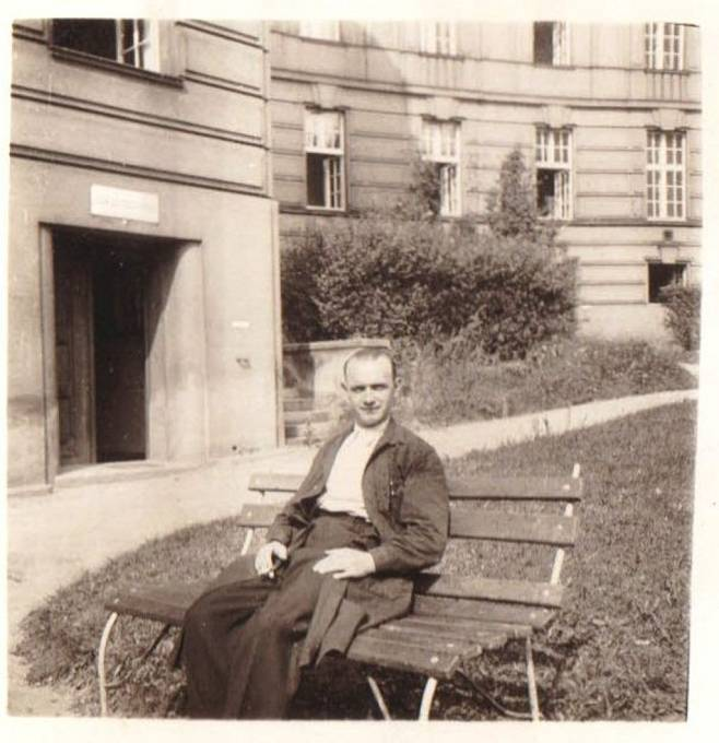 Otec Květoslavy Neradové Josef Pánek byl velký svéráz. Za války si zřídil v lékařském ústavu na Albertově ilegální hospodářství, kde choval slepice, vepře i kozy.
