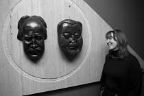 NEROZLUČNÍ PŘÁTELÉ Voskovec a Werich jsou stále spolu: Ve foyeru Divadla ABC ve Vodičkově ulici se smívají jejich busty na přicházející diváky.