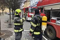 Hasiči zasahovali u požáru v Hroznové ulici na Kampě.