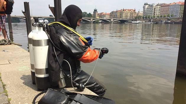 Potápěči hasičů u Vltavy.