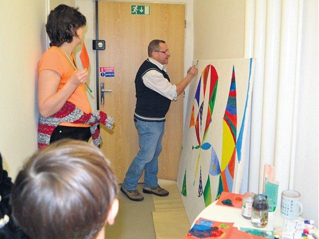 DOBROVOLNÍCI včetně Jana Pospíšila malovali dar pro Onkologickou kliniku Nemocnice Na Bulovce.