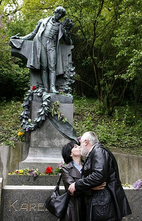 Během prvního květnového dne navštívilo mnoho zamilovaných pražském Petříně, aby se tam u sochy Karla Hynka Máchy nebo pod rozkvetlou třešní políbilo.