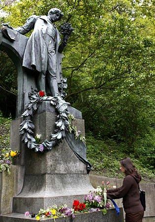 Ženy a dívky kladly 1. května květiny i prosté luční kvítí k soše Karla Hynka Máchy na pražském Petříně.