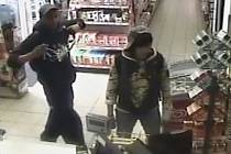 Kamerový systém zachytil mladou dvojici, která kradla v obchodě s potravinami v Dělnické ulici v Praze 7.