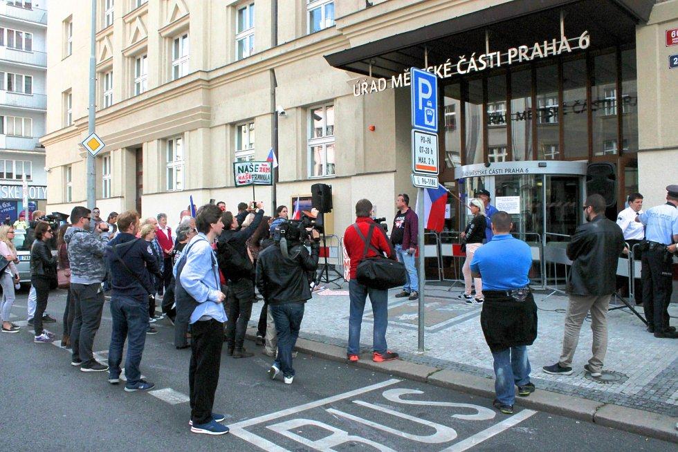 Zastupitelstvo Prahy 6 projednávalo 12. září 2019 osud sochy maršála Koněva. Sešli se zde i odpůrci zakrytí či přemístění.