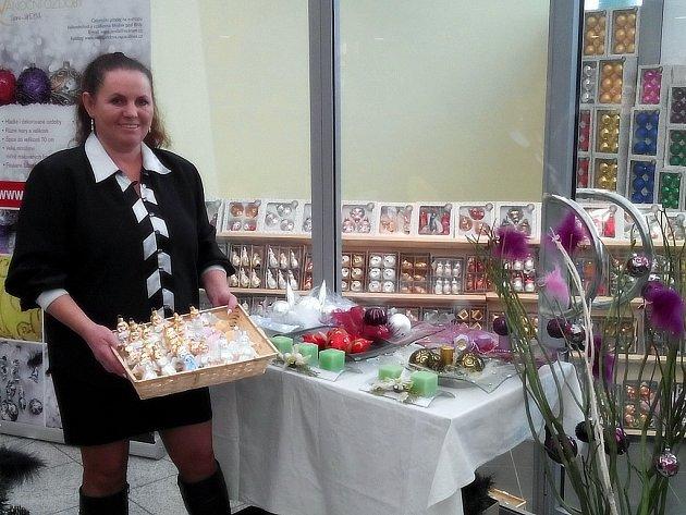 Ivana Jandová se věnuje vánočním ozdobám bezmála dvacet let. Před Vánocemi prodává české výrobky také v nákupních centrech.