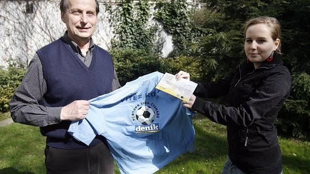 PŘEDÁNÍ CENY. Pan Kotrč přebíra cenu za víězství v prvním kole tipligy - tričko s logem a šek od redaktorky Pražského deníku.