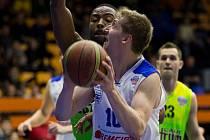 Křídlo USK Praha Viktor Cvek nastřílel v duelu s Levicemi třináct bodů.