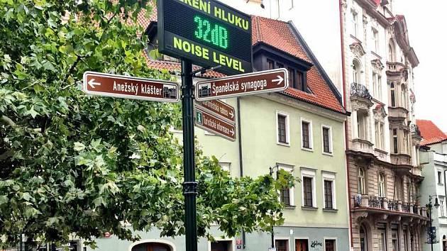 Praha 1 zřídila měřič hluku u Dlouhé ulice, aby bojovala proti rušení noční klidu. Opilí turisté se však na místě vsázejí, komu displej ukáže vyšší hodnotu.