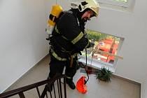 Požár bytu v šestém patře panelového domu v Levského ulici v pražských Modřanech.