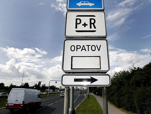 ZAPARKUJ A JEĎ. Jedno z řešení pro město ucpané automobily. Některá záchytná parkoviště jsou přeplněná, jiná řidiči ignorují.