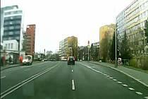 Ujíždějícího řidiče zastavily policejní pásy.