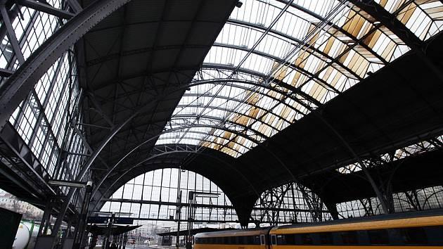 Částečně opravená střecha nad nástupišti hlavního železničního nádraží v Praze.
