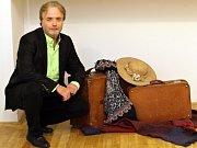 Ondřej Kepka na výstavě o vile Karla Čapka, která je k vidění v Galerii Deset.