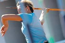 SEDMDESÁT!? Oštěpařka Barbora Špotáková má v tréninku dobrý pocit. Hází o čtyři metry více než loni a uvao atakování hranice sedmdesáti metrů. Dokáže to?žuje