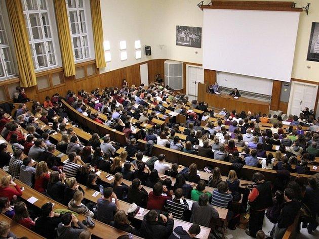 Posluchárna FF Univerzity Karlovy. Ilustrační foto.