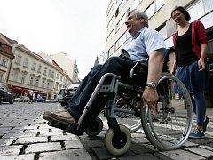 Lazarskou bez bariér, happeningové jízdy na vozíku.  na vozíku