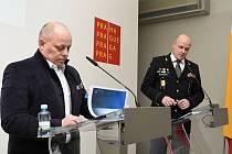 Výsledky činnosti pražských strážníků v loňském roce přiblížili ve středu na pražském magistrátu ředitel Městské policie Praha Eduard Šuster (v uniformě) a radní pro oblast bezpečnosti Libor Hadrava.