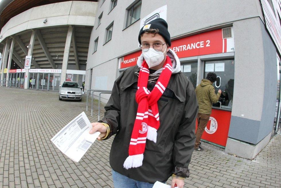 Fanoušci Slavie se scházeli u stadionu a těšili se na oslavu titulu. Dočkali se ještě před výkopem utkání s Plzní, Sparta totiž v Liberci jen remizivala.