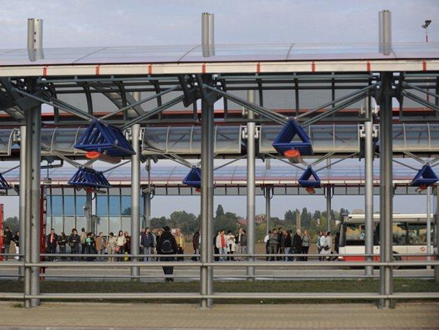 Autobusový terminál na konečné stanici metra Letňany.