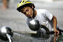 VÍTANÉ OSVĚŽENÍ. V letních měsících se u pítek často zastaví děti i dospělí.