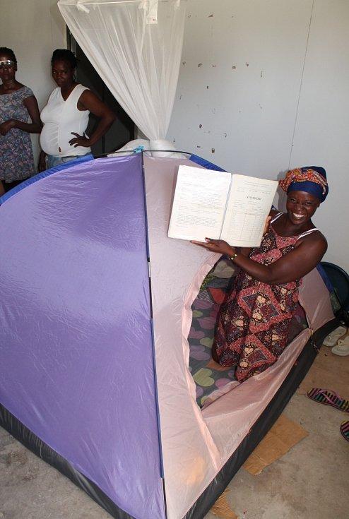 Jedna z namibijských Češek žijících v chudobných podmínkách v Namibii ukazuje její vysvědčení z Československa, Ondangwa 2018.