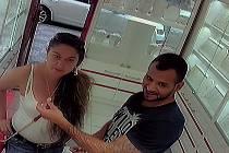 Policie hledá zloděje, kteří v klenotnictví ukradli náušnice.