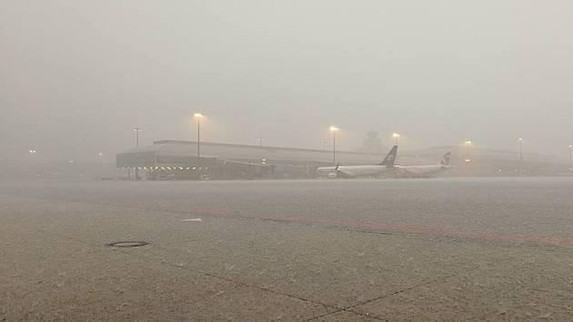 Silná bouřka na chvíli zastavila i pražské Letiště Václava Havla.