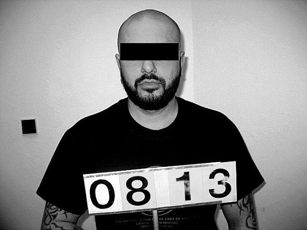 Podezřelému muži nyní hrozí za ozbrojenou loupež až desetiletý trest.
