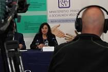 Ministryně Michaela Marksová při tiskové konferenci k výsledkům kontrol nelegálního zaměstnávání a diskriminace žen vzaměstnání.