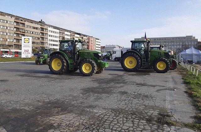 Demonstraci na Letné podporují také sedláci, kteří přijeli do Prahy s traktory.