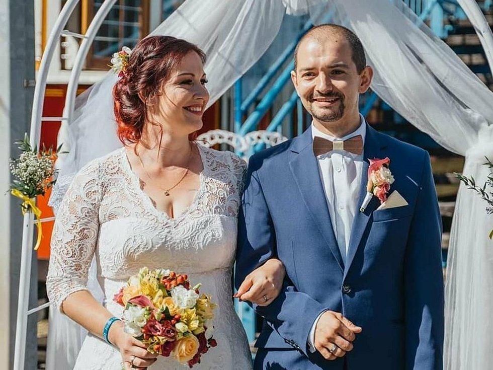 Svatba ve smyčce Na Královce. Manžel Pavlíny Malínské na svatbu přijel tramvají 15 T, ona historickou.