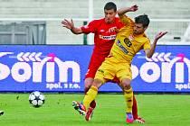 Fotbalisté Dukly doma přehráli Brno 3:2. Na snímku o míč bojují domácí Jose Antonio Romera (ve žlutém) s brněnským Miroslavem Markovičem.