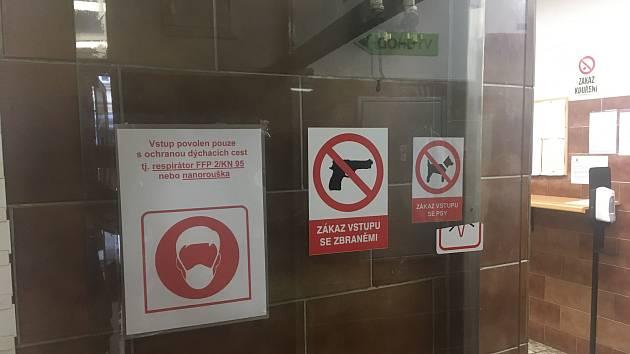 Pobočka úřadu práce v Bělehradské ulici v centru Prahy už je otevřená, nedávnou vraždu úřednici připomíná černý prapor a improvizované pietní místo před vchodem.