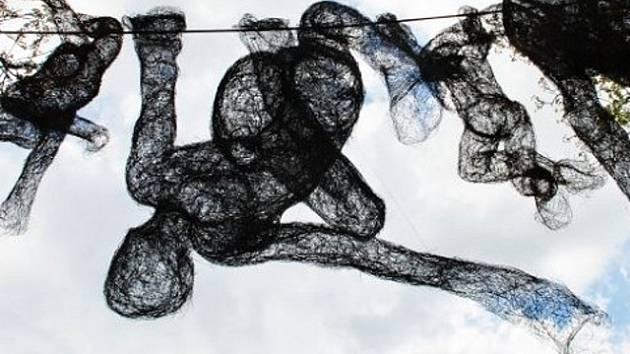 Drátěná plastika sochařky Veroniky Psotkové.