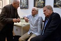 Politik Luboš Dobrovský, novinář, pedagog a disident Jan Urban a diplomat, pedagog a bývalý ředitel Knihovny Václava Havla Martin Palouš se sešli při vyhlášení Mezinárodního dne samizdatu.