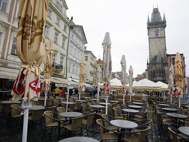NA STAROMĚSTSKÉM NÁMĚSTÍ. Venkovní restaurace v centru Prahy zeje prázdnotou.