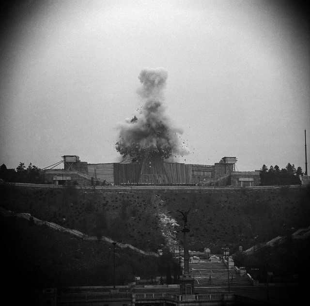 Fotografovat odstřel pomníku J. V. Stalina bylo striktně zakázáno. Detonace byla slyšel po celé Praze. 28. 10. 1962.