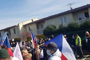 Už v únoru 2021 demonstrovalo ve středočeském Mratíně před domem ministra vnitra Jana Hamáčka (ČSSD) hnutí Chcípl pes.