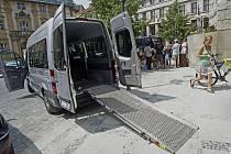 Před budovou pražského magistrátu byly 1. července 2010 představeny mikrobusy se speciální úpravou pro přepravu vozíků pro invalidy se zvedací plošinou, které budou přepravovat tělesně postižení na zavolání.