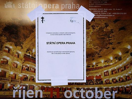 Po tiskové konferenci na Ministerstvu kultury 3. října o transformaci Státní opery Praha a Národního divadla se na budově Státní opery v centru Prahy objevilo parte oznamující skonání Státní opery.