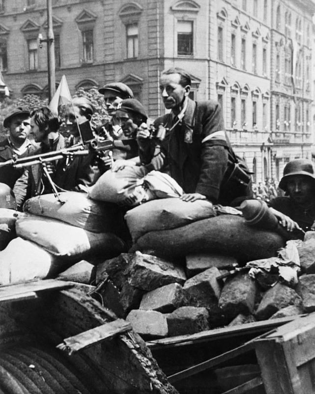 Barikády. Zatímco někteří barikády stavěli, Alena Máchová je rozebírala pro postupující ruské tanky.