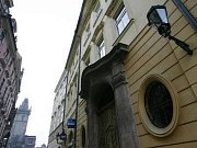 Celetná ulice. Část domů, ze kterých už měl být hotový luxusní hotel, je i v této ulicinedaleko Staroměstského náměstí.