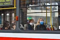 Prázdné ulice Prahy a lidé s rouškami 18. března 2020. Cestující v MHD s rouškou.