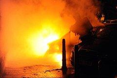 Noční požár poničil zaparkovaná auta